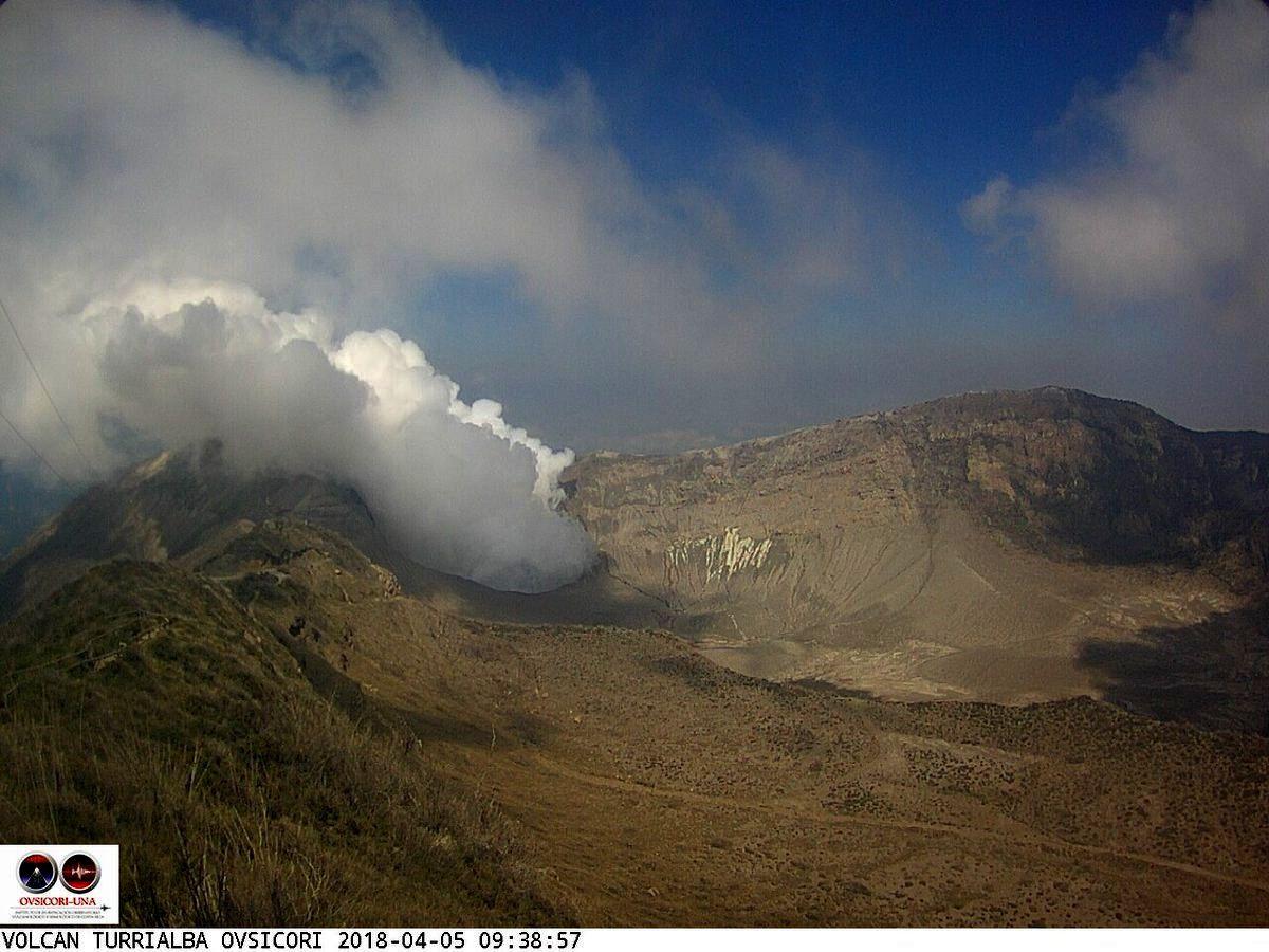 Turrialba -  émission de gaz et vapeur le 05.04.2018 / 9h38 - webcam Ovsicori