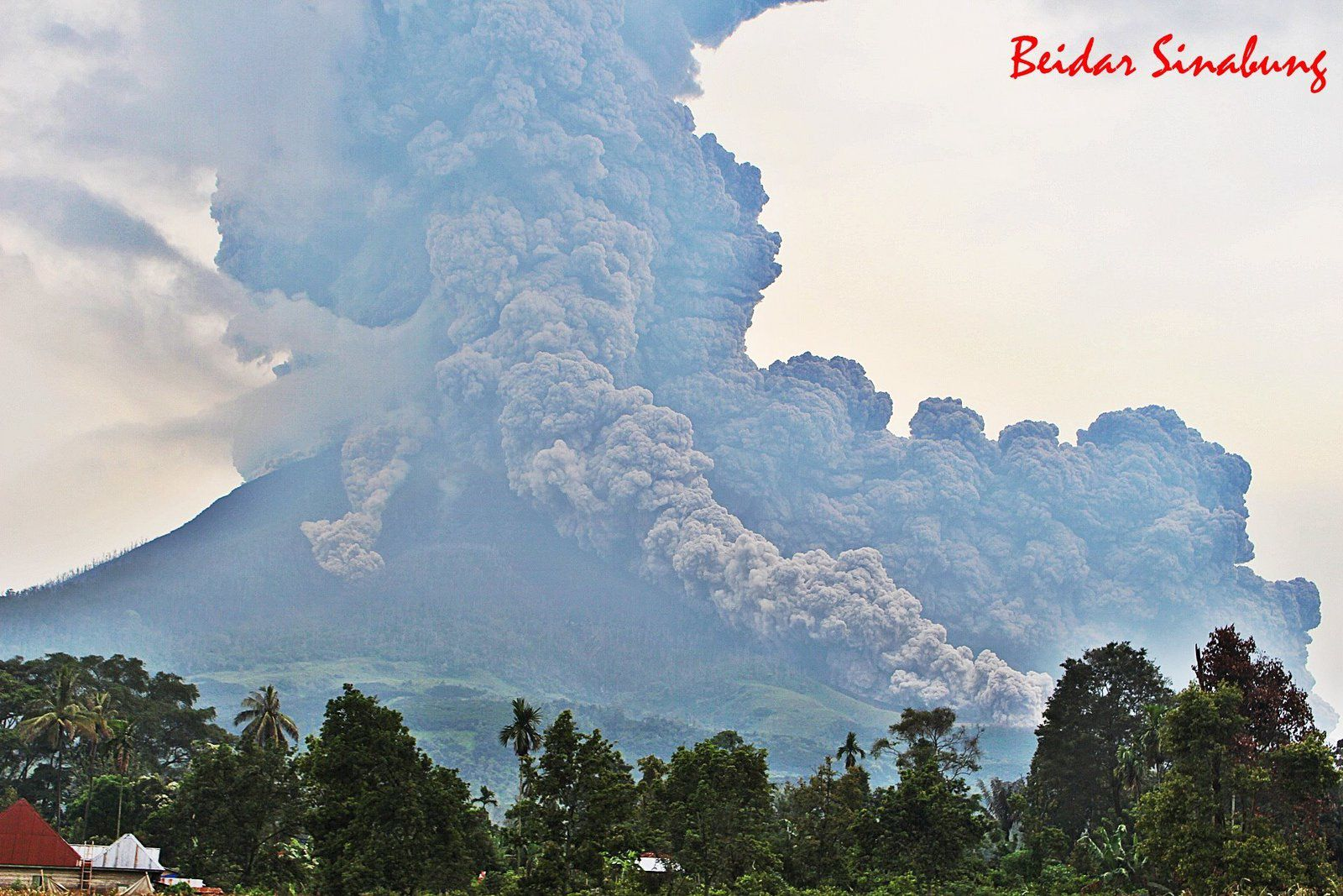 Sinabung - eruption of 06.04.2018 / 16h07 - development of three pyroclastic flows in different directions - photo F.Surbakti / via Beidar sinabung