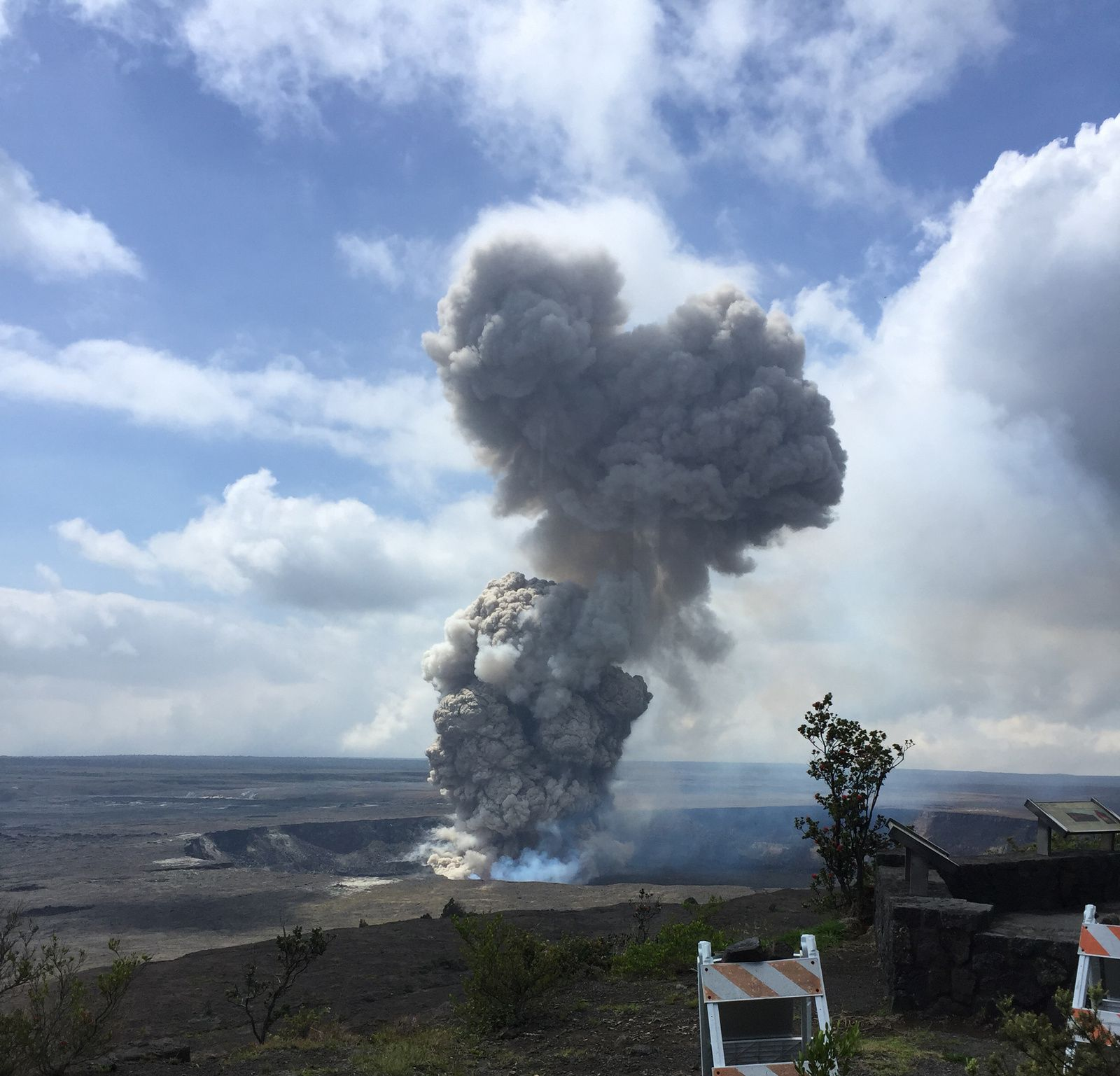 Kilauea / Halema'uma'u: explosion due to the partial collapse of the crater wall 06.04.2018 / 10:48 HST - photo HVO / USGS