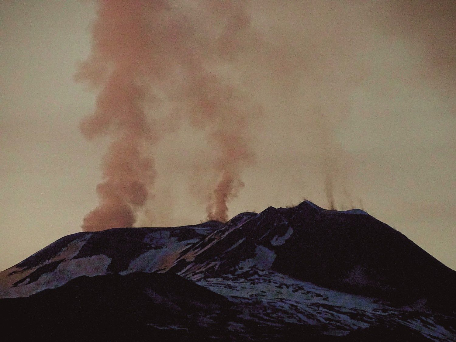 Etna - 07.04.2018 at sunset - from left to right: the plume of Bocca Nuova, in the center Voragine (small mouth on the eastern edge of the crater, and a weak degassing of the NSEC - photo Boris Behncke.