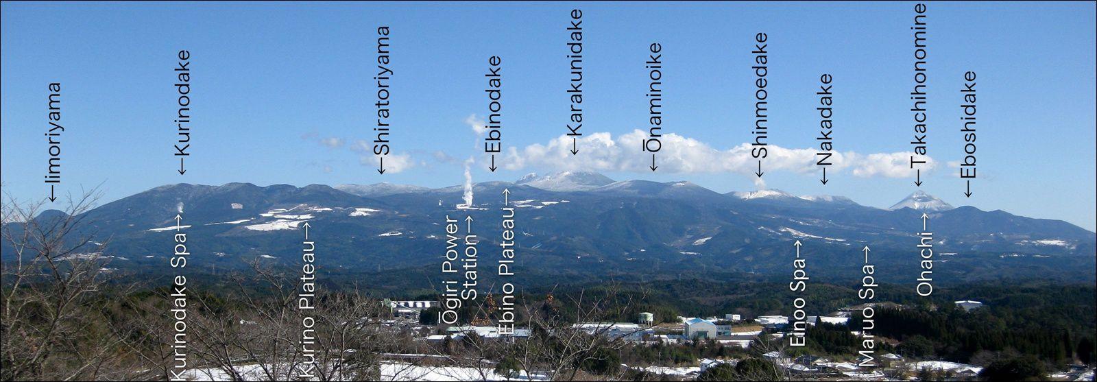 Situation du Palteau Ebino au sein du complexe Kirishima - au centre (lettres blanches) et à gauche sur la photo par rapport au Shinmoedake - Doc.© Ray_go, wikipedia