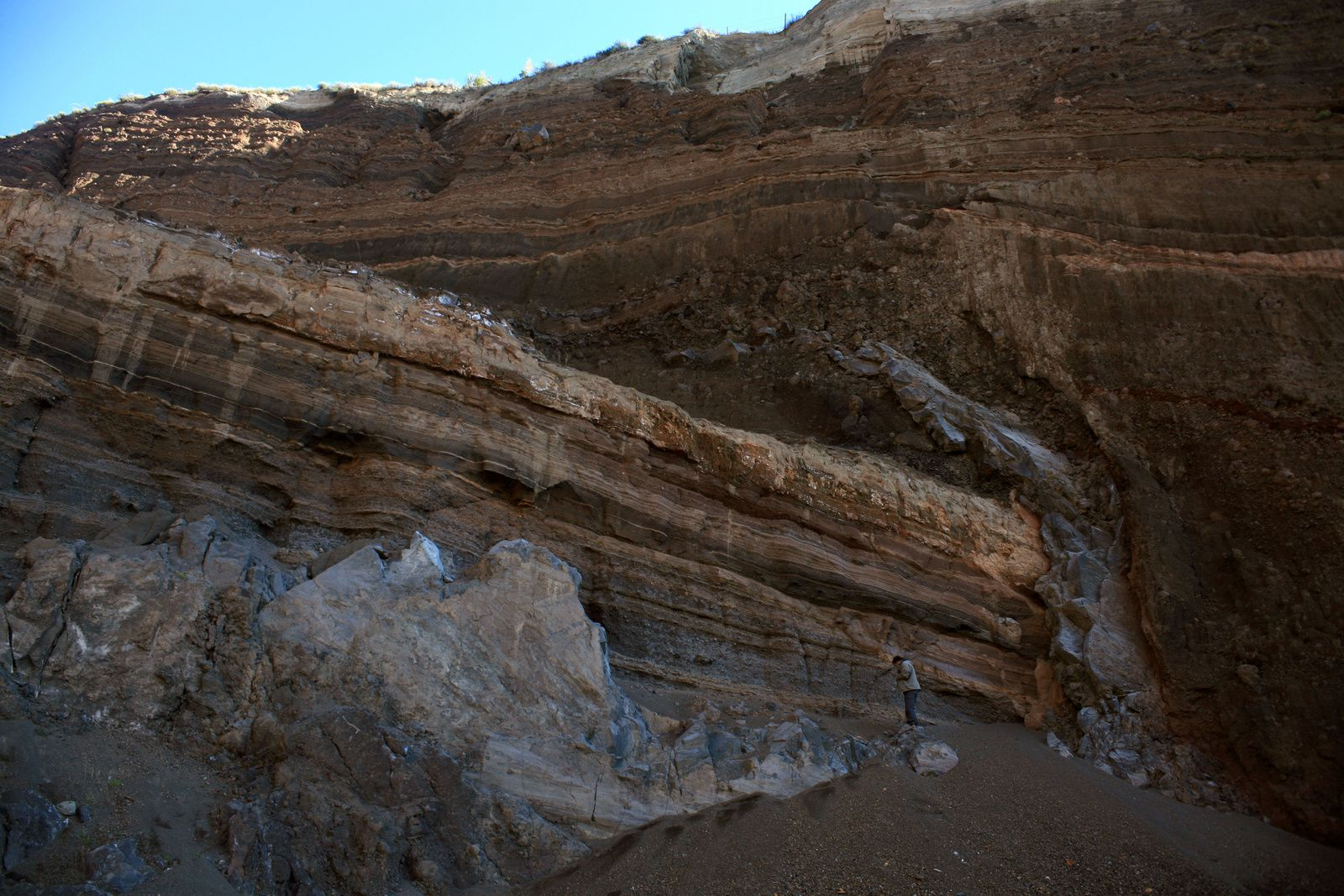 Eppelsberg - Annular basaltic dyke broken by quarrymen (pieces on either side of P.Marcel, which gives the scale) ... imagine a truncated cone structure in the thickness of the sediments - photo © B.Duyck 2007
