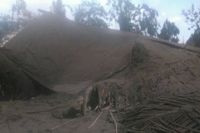 Ambae - a traditional house in the village of Lolosori collapsed under the ashes - photo Hilaire Bule 16.04.2018 via Facebook