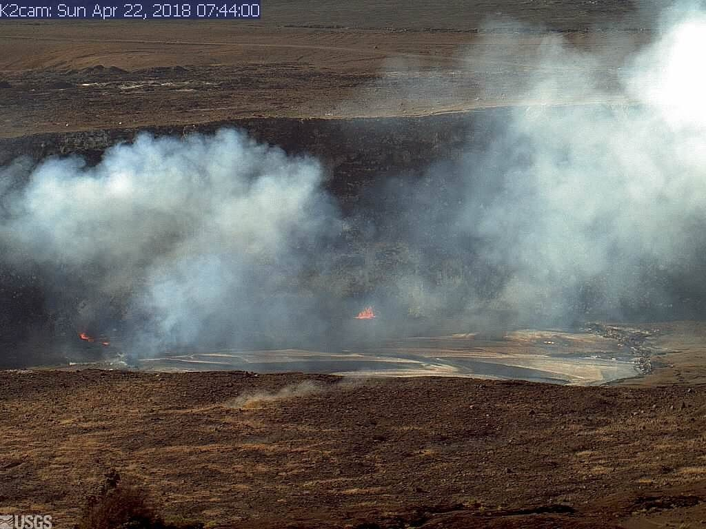 Kilauea - Overlook crater lava lake - light lava overflow south side (right on the photo - HVO webcam - USGS