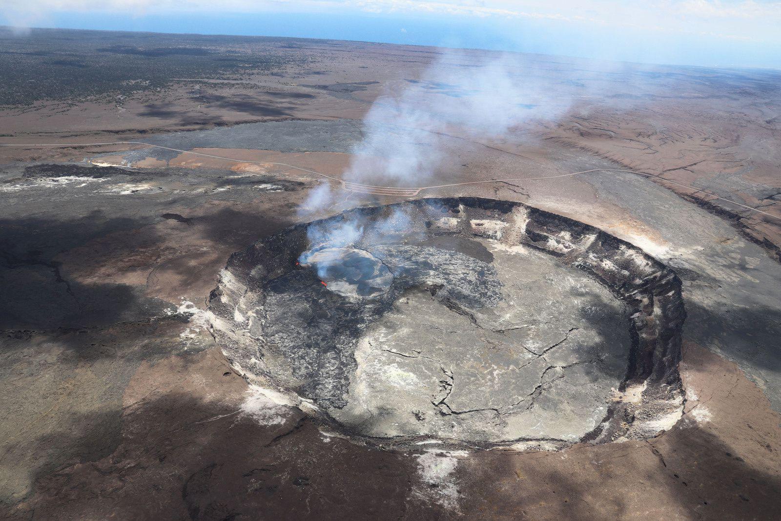 Kilauea - le plus large débordement (couleur gris argentée) au nord du cratère Overlook le 23.04.2018 - photo HVO-USGS