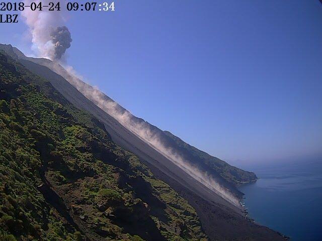 Stromboli 24.04.2018 - retombées de tephra et blocs sur le sommet et la Sciarra del fuoco - Doc L.G.S.