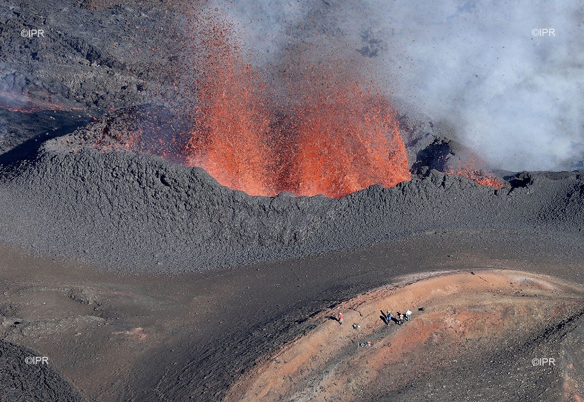 Piton de La Fournaise - 28.04.2018 - an active vent on the crack - the characters give the scale - photo Imazpress