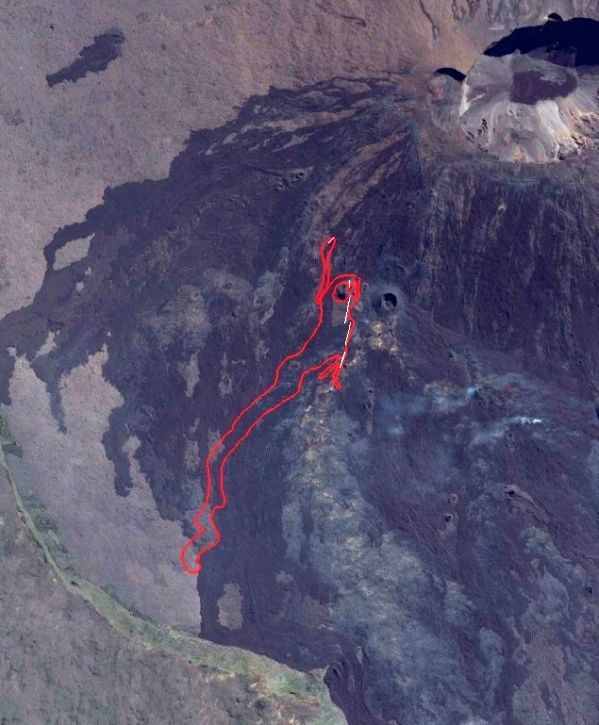 Piton de La Fournaise - Approximate plot of eruptive fissures (in white) and lava flows (in red) at 28/04/2018, 9:00 local time, deduced from aerial images. (Background image: google earth, the fumaroles in the east are from an earlier flow). (© OVPF / IPGP)