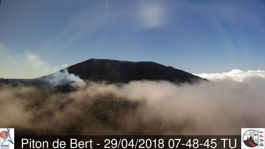 Piton de La Fournaise - the plume is still visible from the Piton Bert's camera - 29.04.2018 / 7h48 UTC