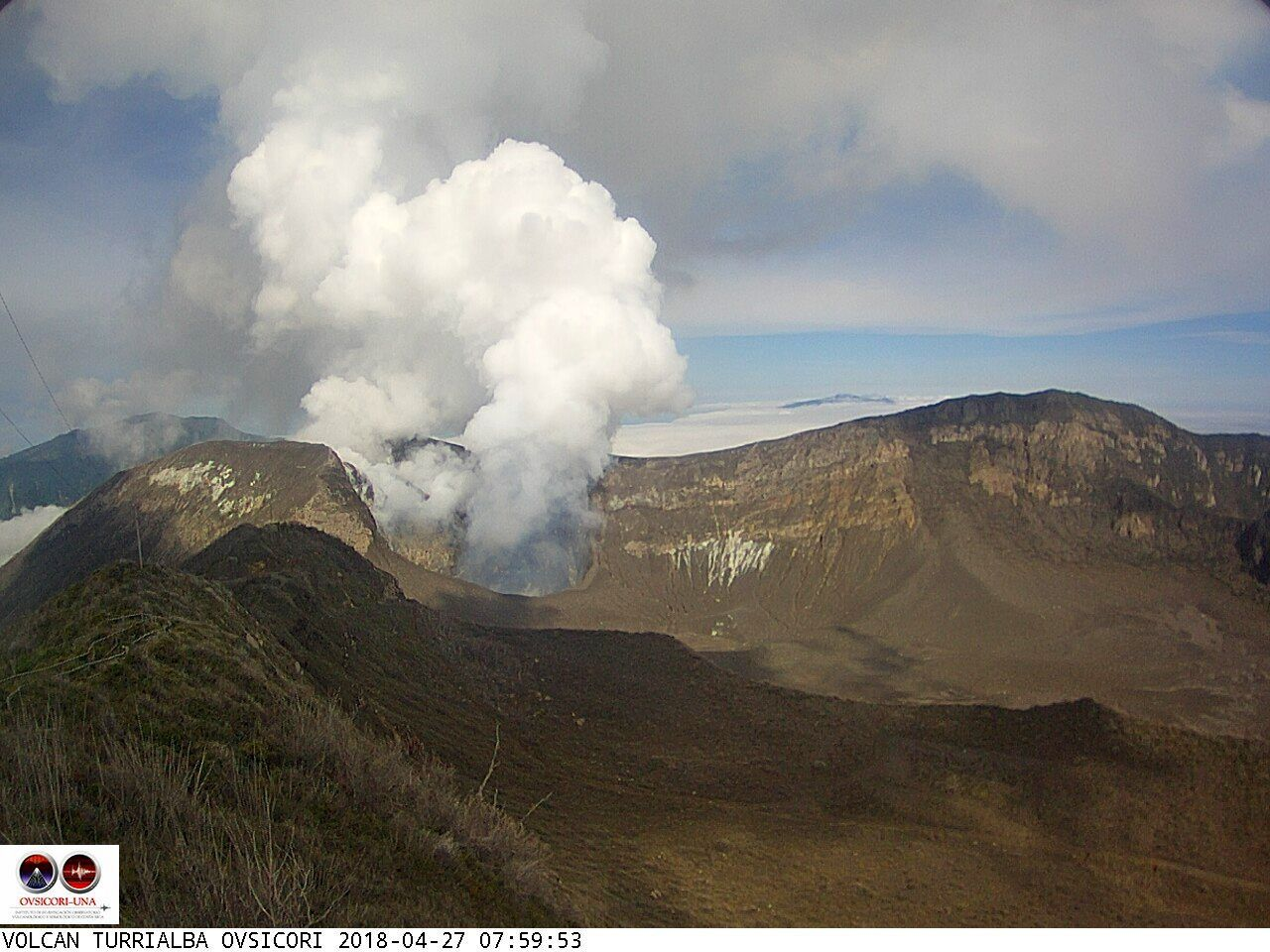 Turrialba - low plume of gas and steam on 28.04.2018, respectively at 7:59 and 8:59 loc. - Ovsicori webcam