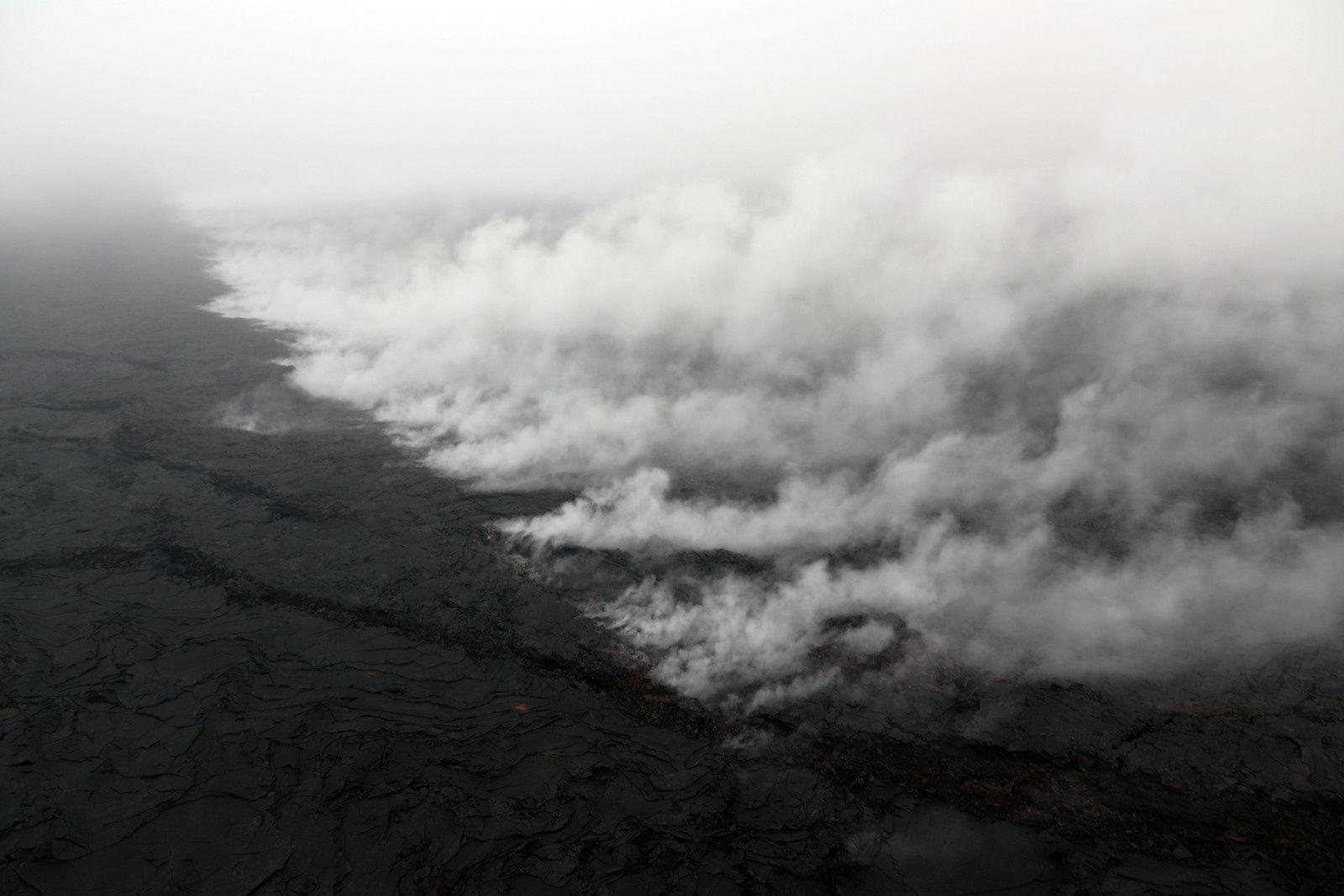 Kilauea - Pu'u O'o - Une nouvelle fissure en échelons, longue de 1 km., s'est ouverte à l'ouest du Pu'u O'o, caractérisée par un dégazage abondant. - photos HVO - USGS / survol du 01.05.2018