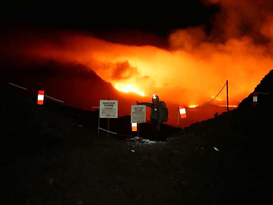 Piton de La fournaise - au plus près de l'éruption - photo Tunnels de lave Réunion : Rando-Volcan