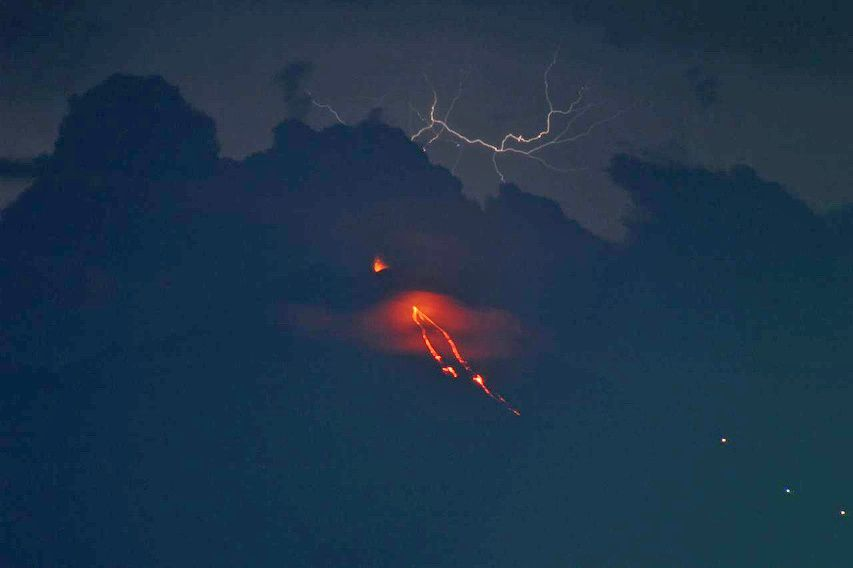 Pacaya - 02.05.2018 - activité strombolienne et coulées de lave, avec un orage en arrière-plan - photo Conred