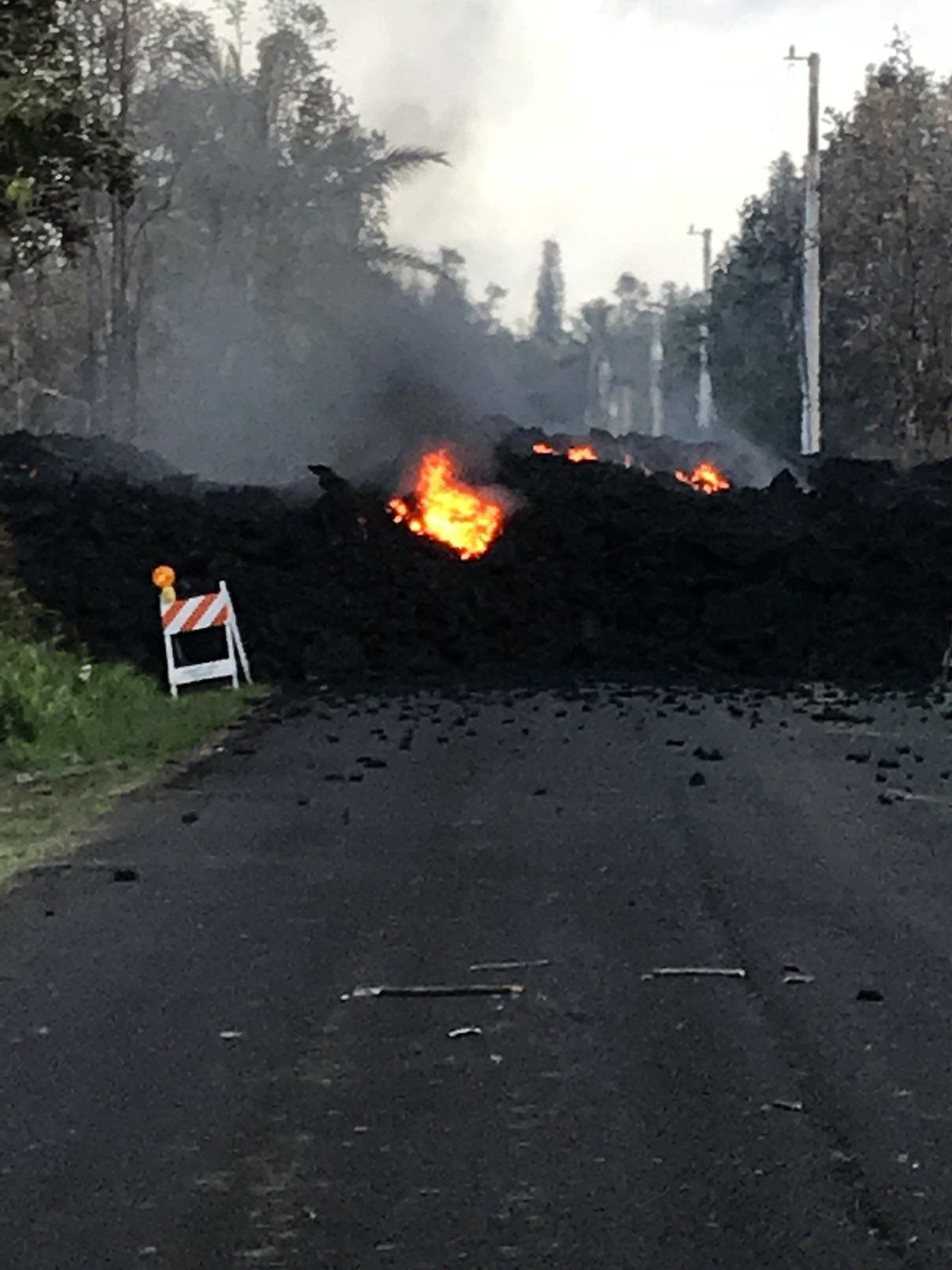 Kilauea - Lower Puna district - lava flow intersect a road - photos, above : HVO / under : HawaiiElectricLight /