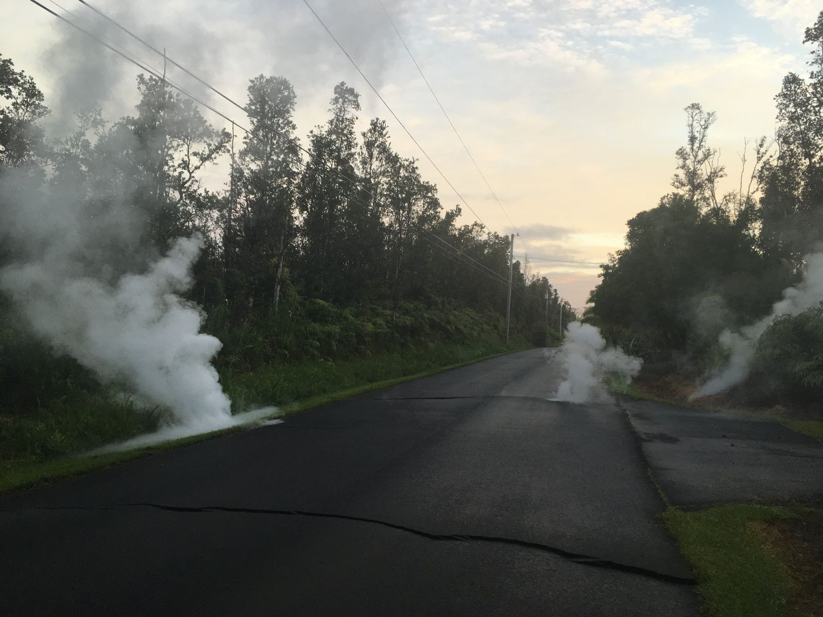 Kilauea rift zone Est - 04.05.2018 / 5h57 dégazage juste avant l'ouverture de  la fissure 3 dans Kaupili Street. / Leilani estates - photo HVO - USGS