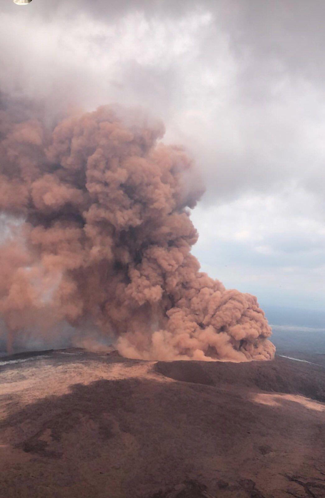 Kilauea - 04.05.2018 Séisme M 6,9 / 22h32 UTC / 5.0 km depth (rond bleu) - doc.USGS.  et réaction du Pu' O'o après le séisme (effondrement) - photo Lynn Kawano