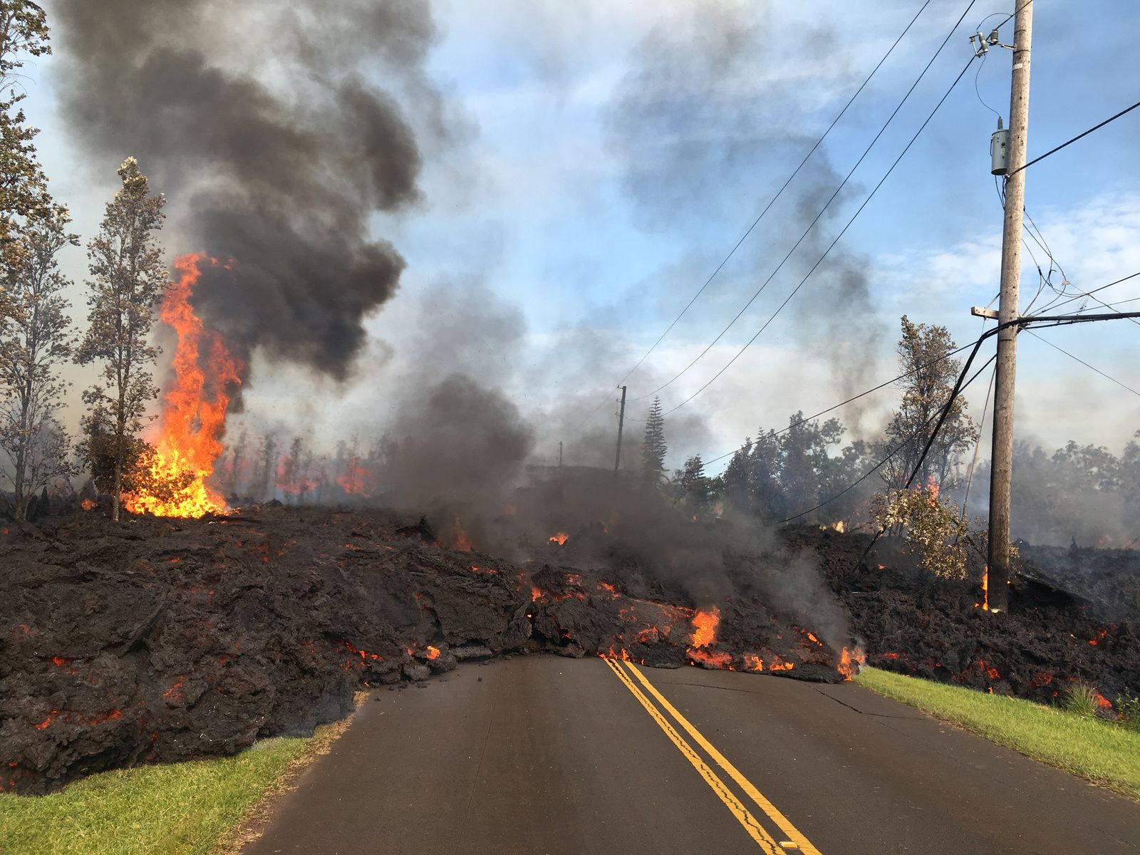 Kilauea East Rift Zone - 05.05.2018 / 07:45 HST - Lava flow from crack # 7 slowly moving towards NE on Hookapu street in Leilani Subdivision.- photo HVO