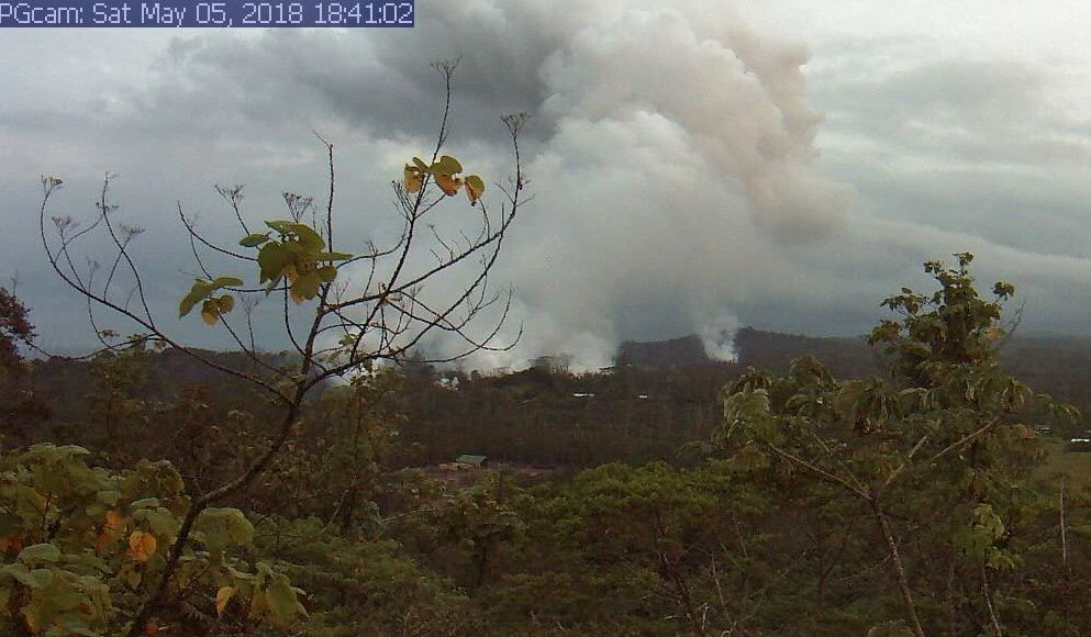 Kilauea East rift zone - Plumes indicate less lava outflows (4) - provisional webcam image 05.05.2018 / 18:41
