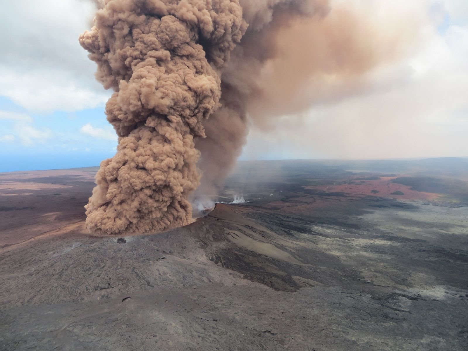 Kilauea Pu'u O'o - 04.05.2018 / 12:46 HST - plume of old materials remobilized after earthquake of M 6.9 - Photo HVO - USGS