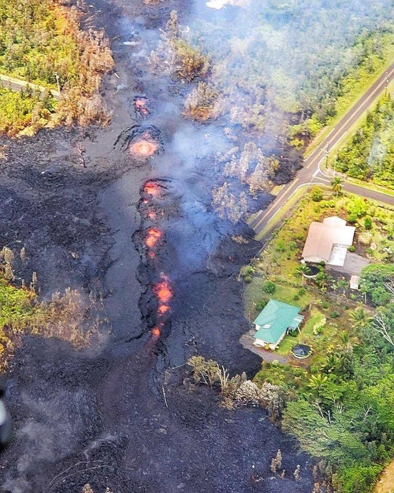 Kilauea East Rift area - 05.05.2018 / 6h - A lava flow (# 7) crosses a street in Leilani Estates and threatens houses - photo above: photo Bruce Omori / Extreme Fine Art Exposure / Paradise Helico - photo below : the same crack, taken later from another angle and a different activity lower - Instagram photo user kilaueakyle.