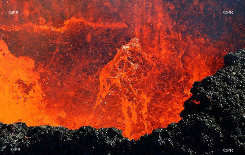 Piton de La Fournaise - central vent with a lava lake agitated by spattering - photo IPR