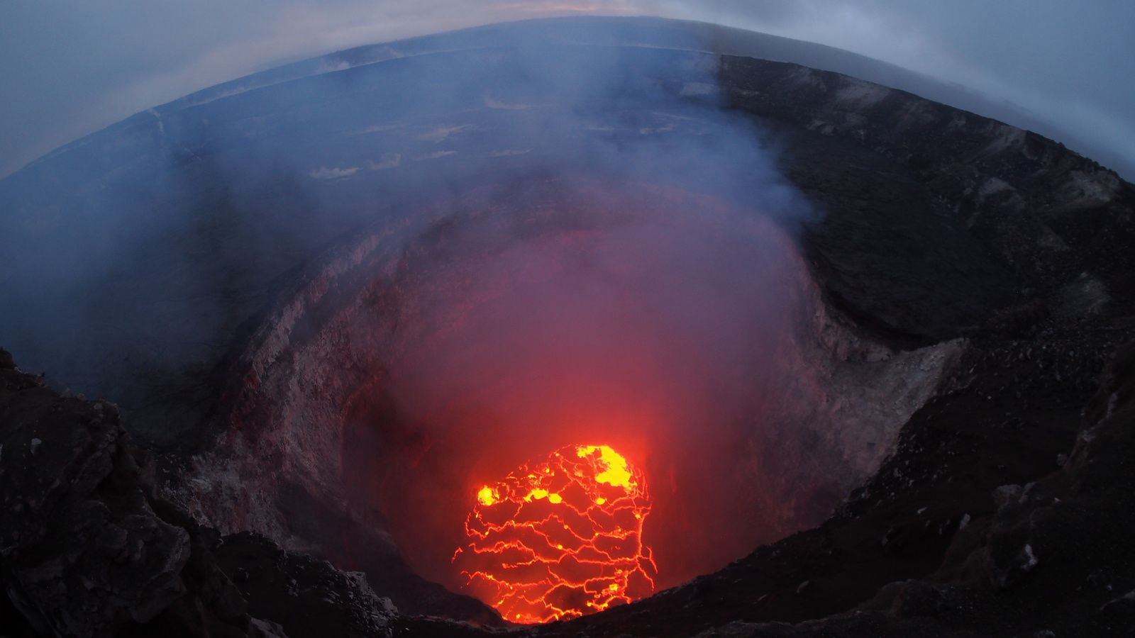 Kilauea - Halema'uma'u - 06.05.2018 The summit lava lake has dropped significantly over the past few days, and this evening was roughly 220 m below the crater rim.- HVO