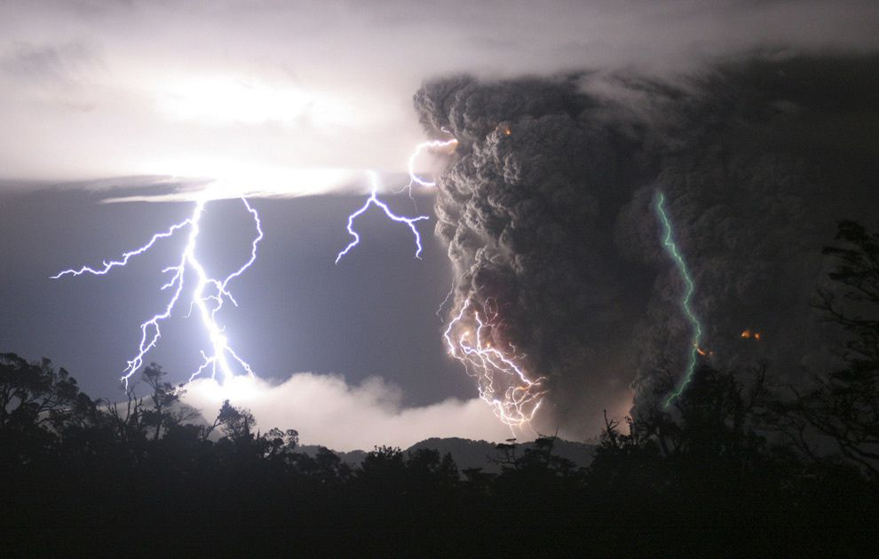 Chaiten - ash plume traveled with lightning - picture Best picture of the year 2008