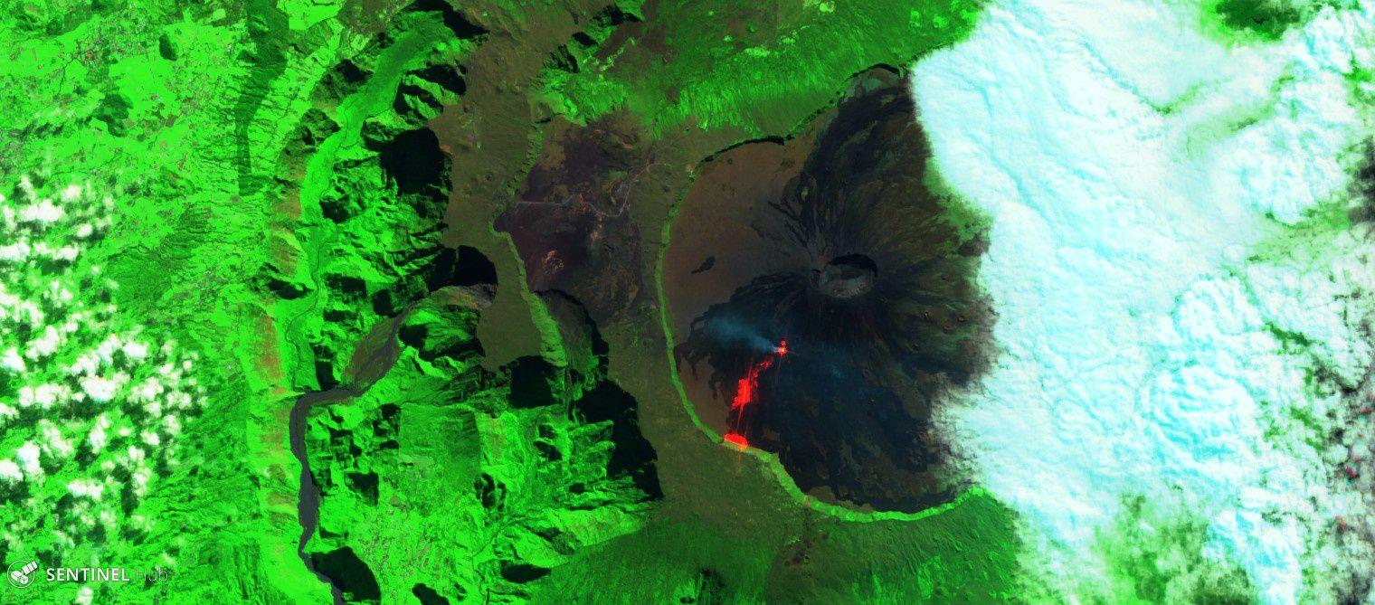 """Piton de La Fournaise - l'image Sentinel-2 SWIR le 07.05.2018 détaille les points """"chauds"""" : le cône actif, la coulée, et la base du rempart en feu"""