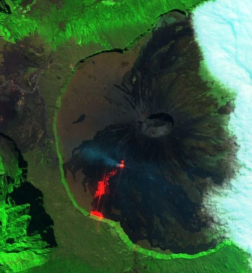 """Piton de La Fournaise - the image Sentinel-2 SWIR on 07.05.2018 details the """"hot"""" points: the active cone, the lava flow, and the base of the rampart on fire."""