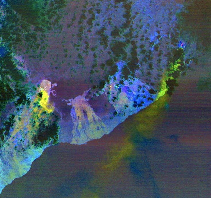 Kilauea - emanations of sulfur dioxide (in yellow-green) at the level of the summit area and plume emanating from the crack zone - doc.Nasa