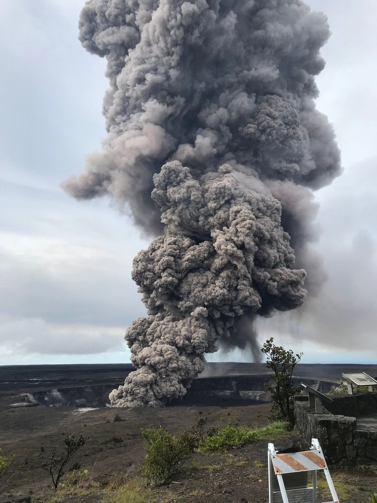 Kilauea - cratère Overlook - panache de cendres consécutif à un effondrement de roches ce 09.05.2018 / 8h29 - photo HVO - USGS