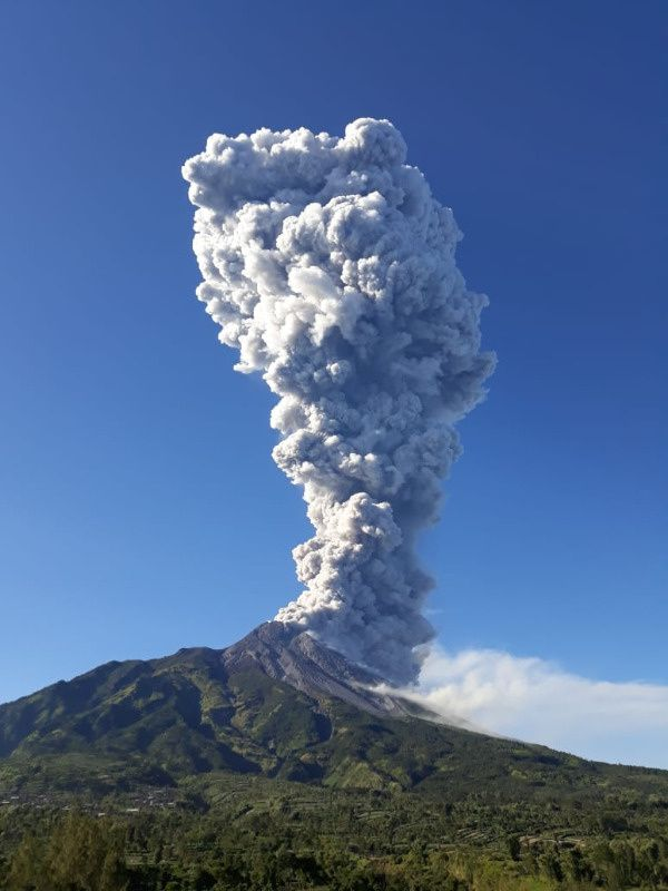 Merapi - plume of the phreatic eruption of 11.05.2018 / 7:40 AM WIB - photo Magma Indonesia