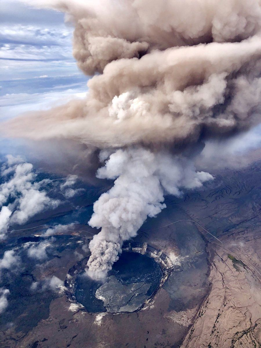 Kilauea - Halema'uma'u's crater and two-colored plume  of the explosion following a collapse on 10.05.2018 - photo Paradise Helicopters