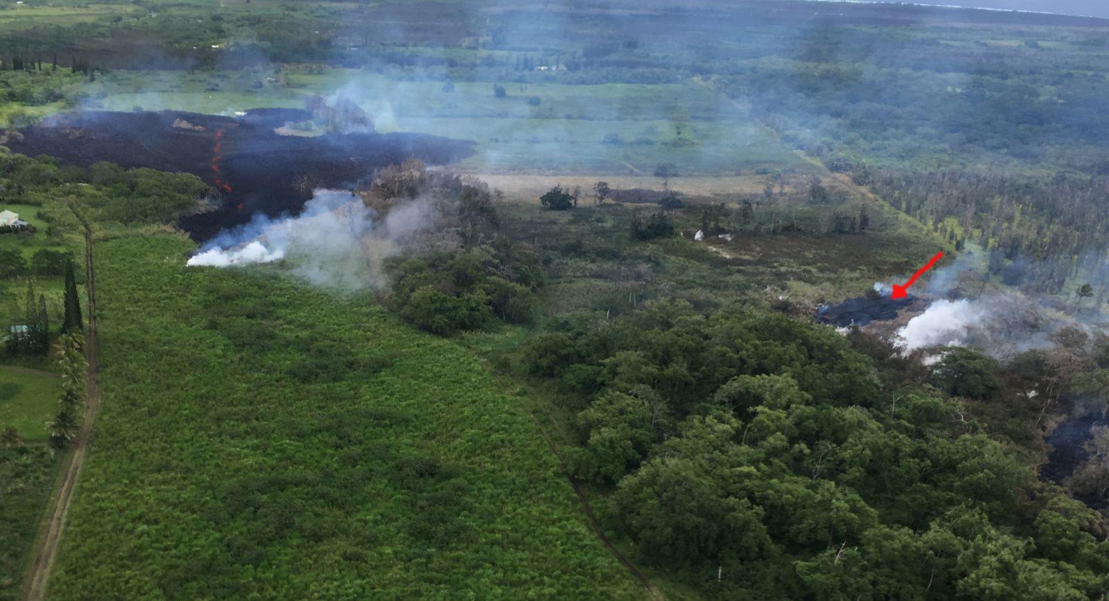 Kilauea - zone de rift Est : Aux alentours de 14 heures HST, un petit tampon de lave (flèche rouge) est apparu entre les fissures 16 et 17, avec stagnation de la fissure; ce petit outbreak a été désigné fissure #18.