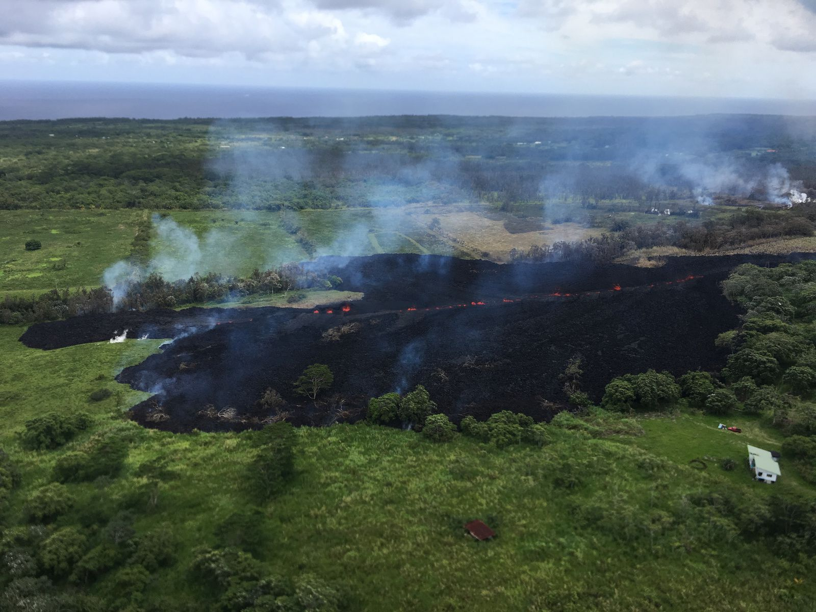 Kilauea - East rift zone: fissure # 17 at 14h local 13.05.2018, seen towards south from Highway 132 - picture HVO - USGS