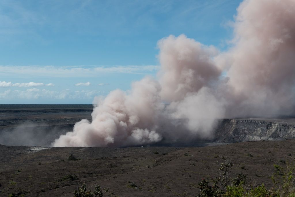 Kilauea - plume of ash and gas on 11.05.2018 / 9h06 - photo HVO - USGS