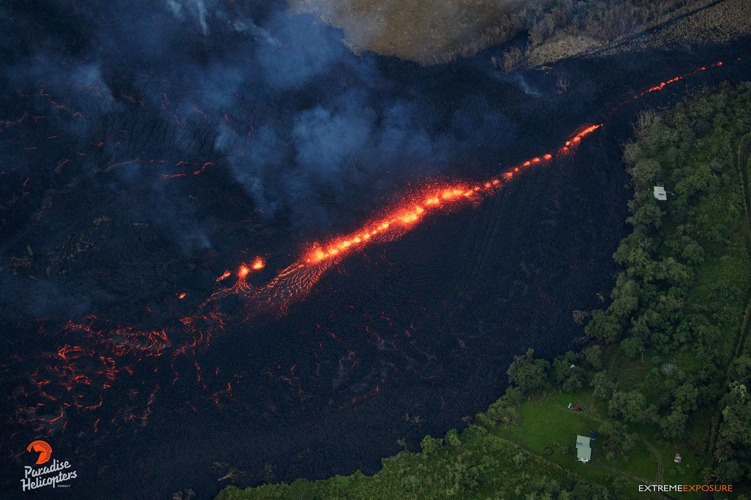 Kilauea East rift zone - 14.05.2018 / 5h45 Fissure 17 - zone de fountaining alimentant la coulée a'a  - photo Bruce Omori / Paradise Helicopters