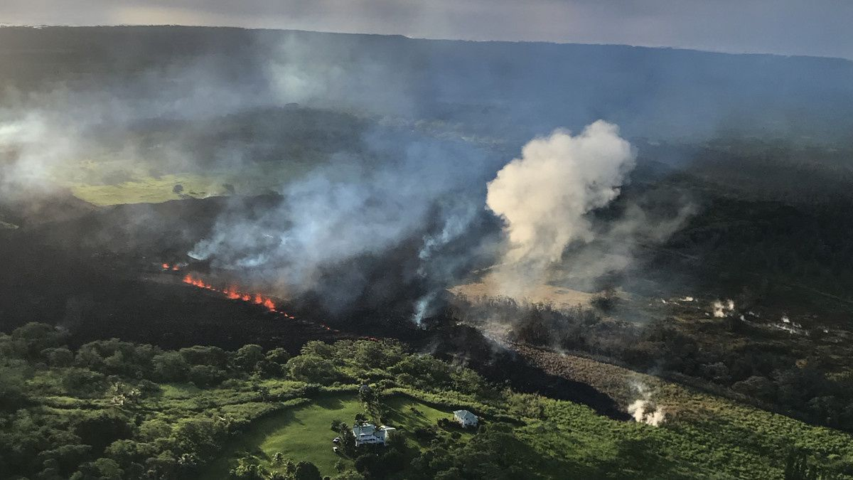 Emanations of fissure17 in the morning of 14.05.2018 - Photo HVO - USGS