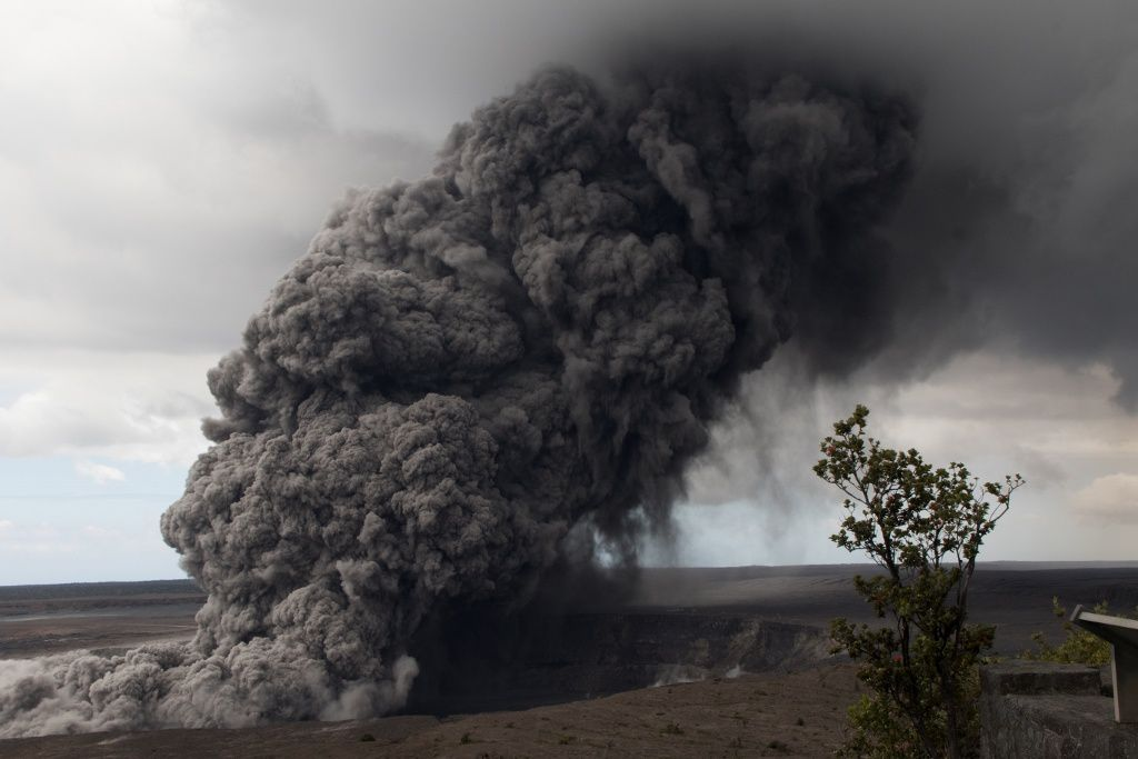 Kilauea - the plume of ash from the crater Overlook seen this 15.05.2018 / 11:05 from the Jaggar Museum - Photo HVO-USGS