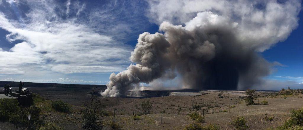 Kilauea - Overlook crater - panache de cendres et chutes de cendres ce 15.05.2018 - photo HVO - USGS