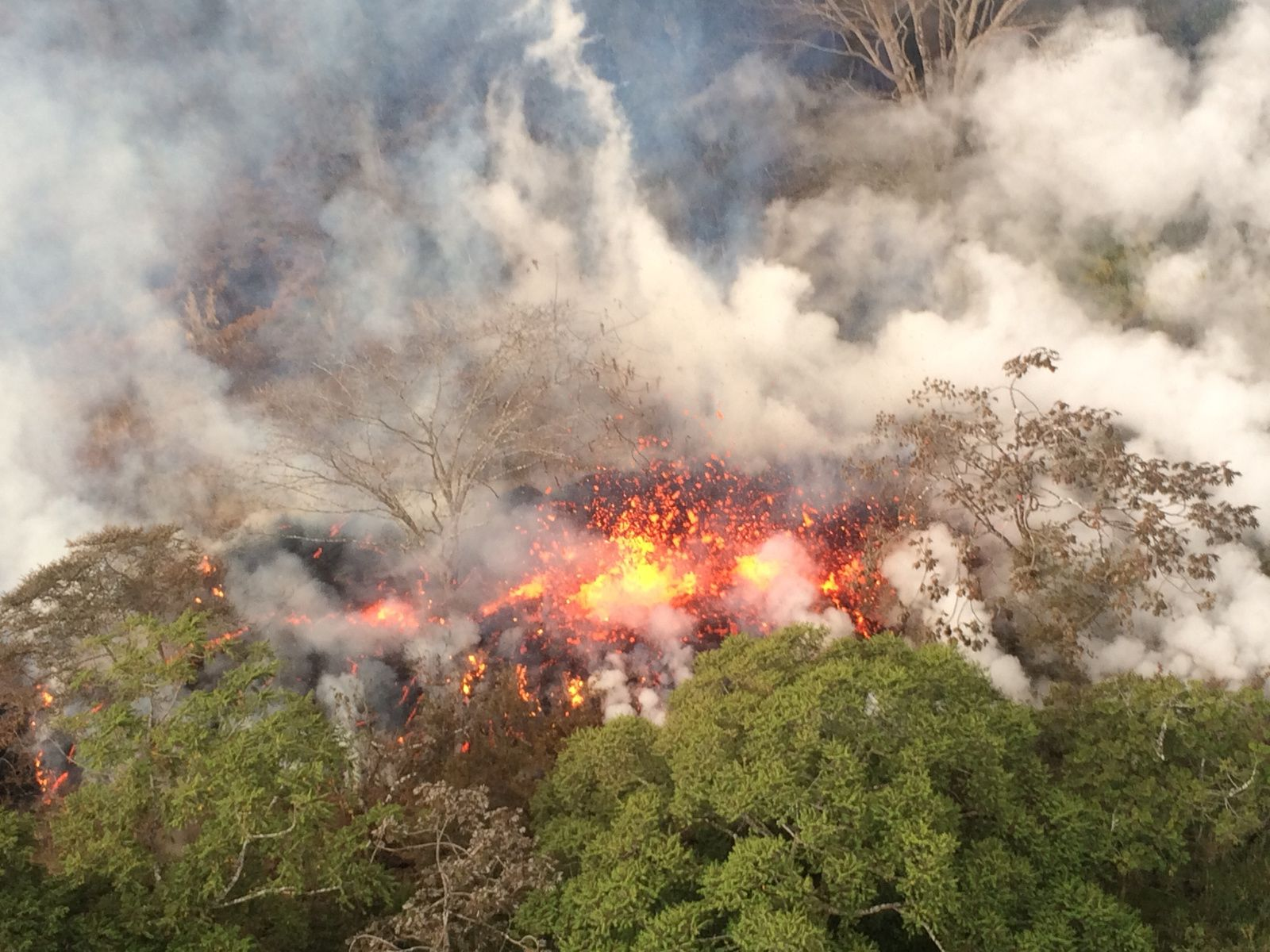 2018.05.16Kilauea Rift Zone ESt - Spattering zone between cracks 16 and 20 at 8:20 and 9:33 - HVO photos