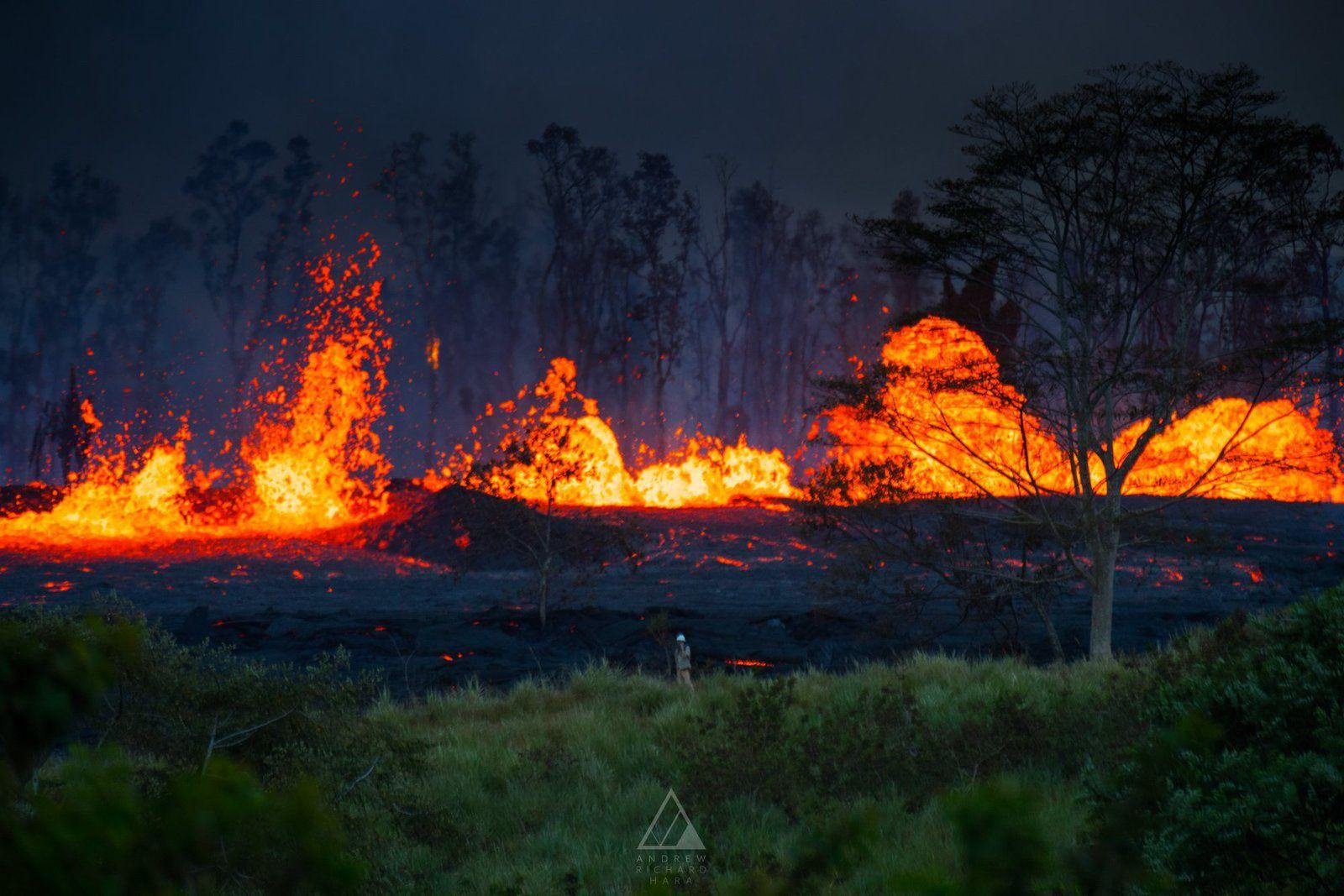 Kilauea - zone de rift Est le 19 .05.2018 ; fountaining actif - un personnage à l'avant-plan donne l'échelle  - photo Andrew Hara  / facebook