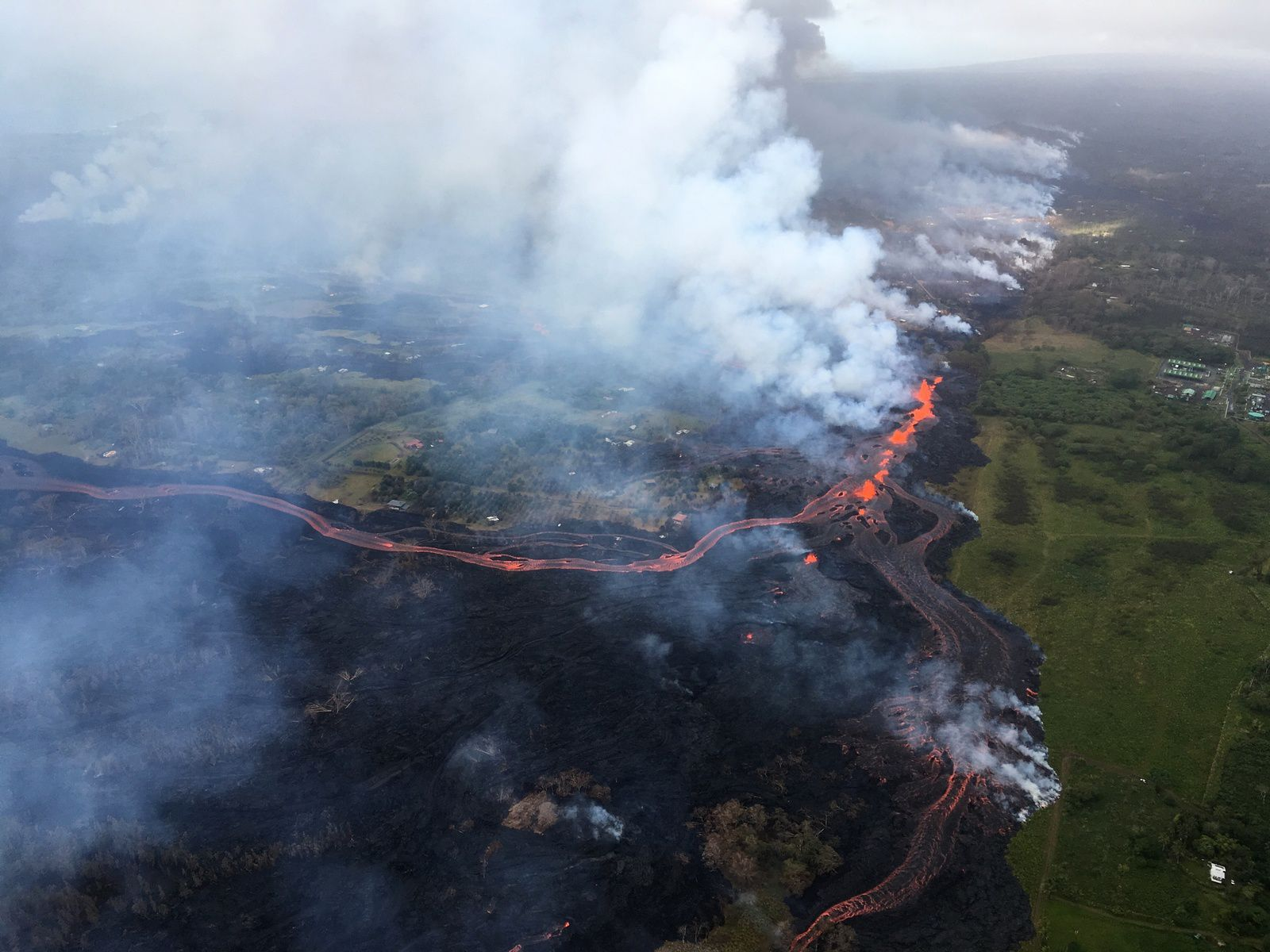 Kilauea - East rift zone - 19.05.2018 - channelized lava flows from an elongated source of fountains, located between cracks 16 and 20 - photo HVO - USGS