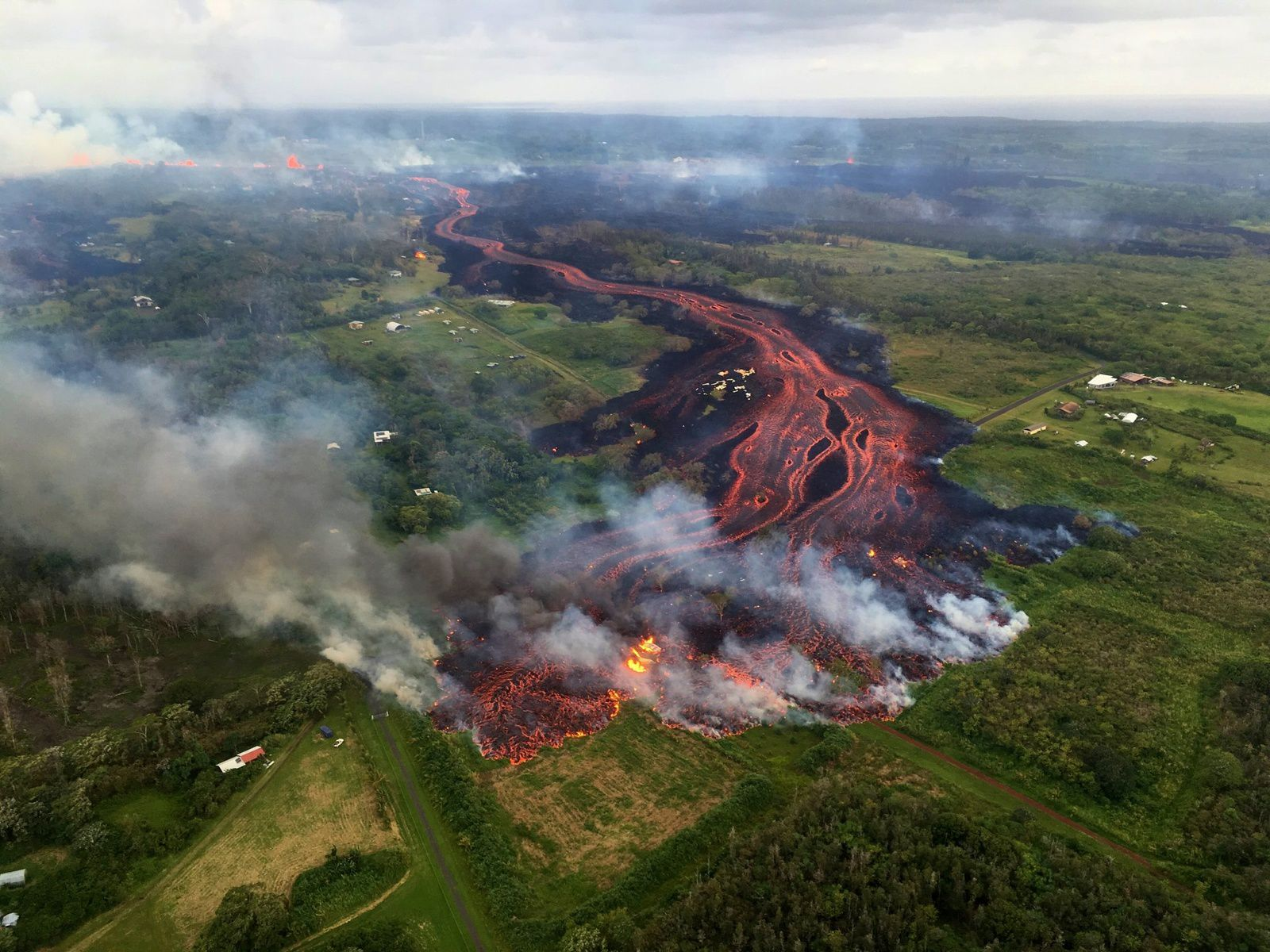 Kilauea - East rift zone - 19.05.2018 - Channeled lava flows, fed by a line of low fountains, are heading towards the ESO - USGS photo
