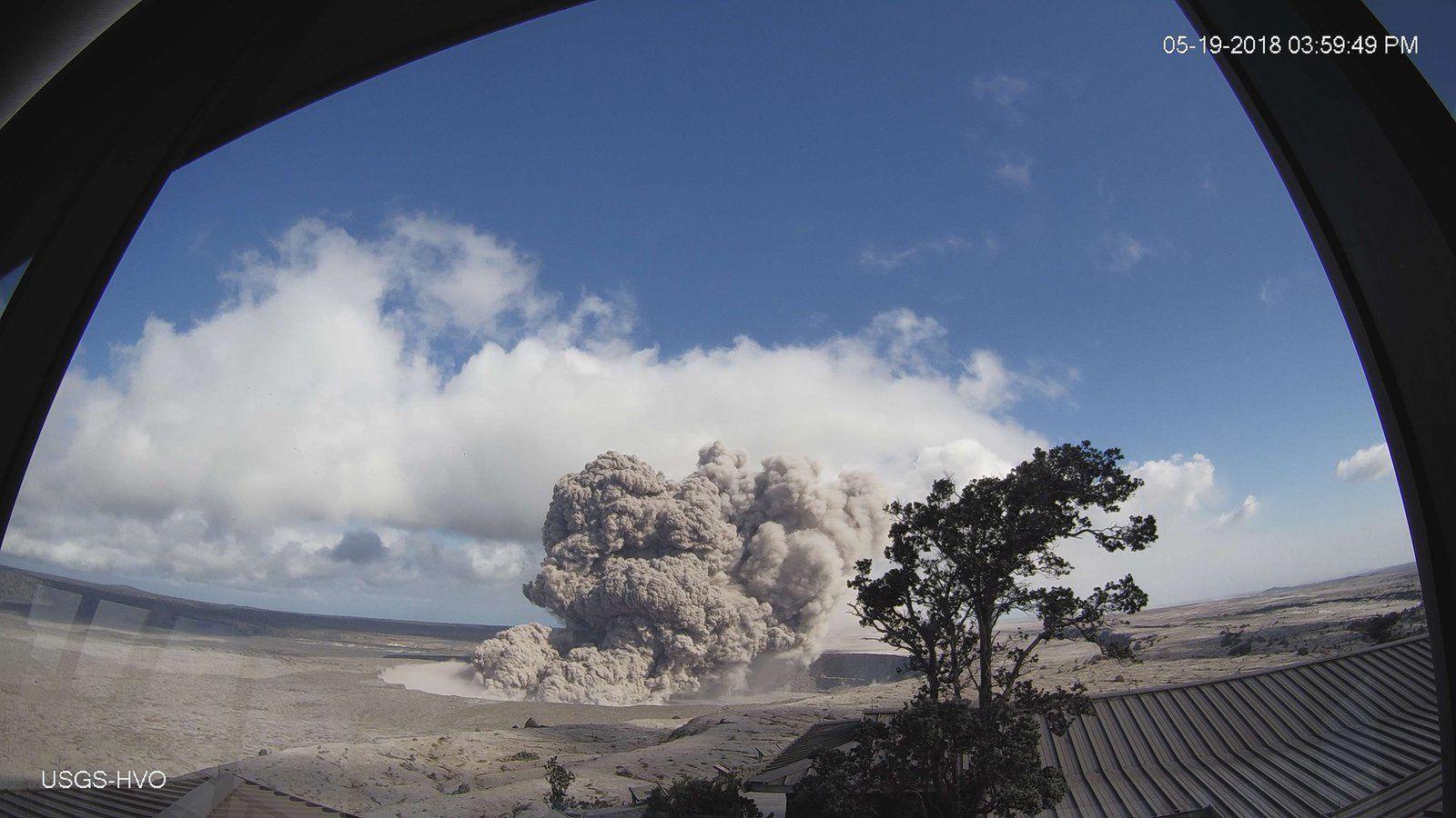 Kilauea sommet - émission de cendres par le cratère Overlook / dans l'Halema'uma'u le 19.05.2018 /  15h59 - photo USGS