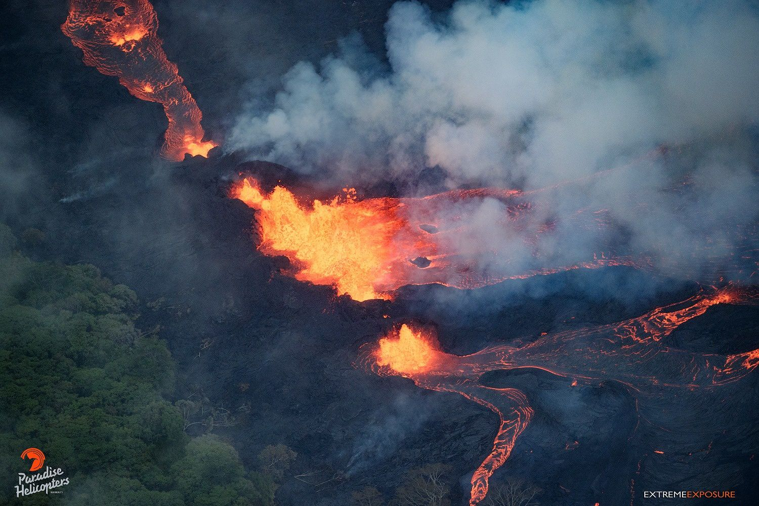 Kilauea East rift zone: 20.05.2018 / 5:45 - the fountaining continues at crack 20 and feeds lava flows - photo Bruce Omori / Paradise helicopters