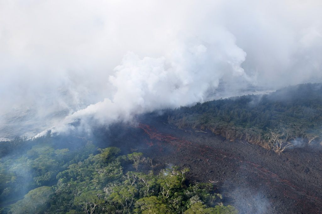 Kilauea East rift zone - 20.05.2018 - Sulfur dioxide (bluish) and haze (white volcanic fog) emissions lead to dangerous conditions for health - photo HVO-USGS