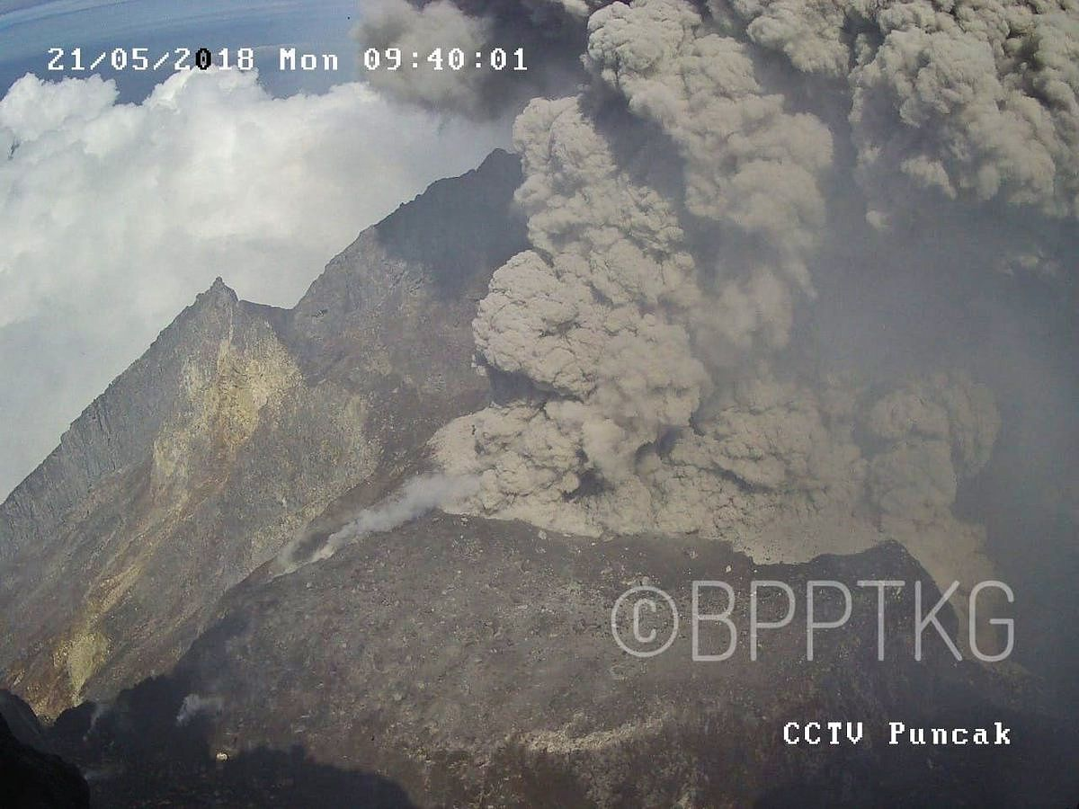 Merapi - gray plume of the phreatic eruption of 21.05.2018 / 9:40; he reached a height of 1,200 m above the summit - photo BPPTKG