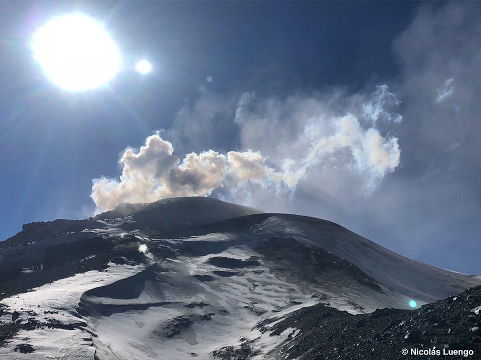 Nevados de Chillan - 12.05.2018 - émissions bleutées de dioxyde de soufre et blanches de vapeur  - photo Nicolas Luengo  / Volcanes de Chile