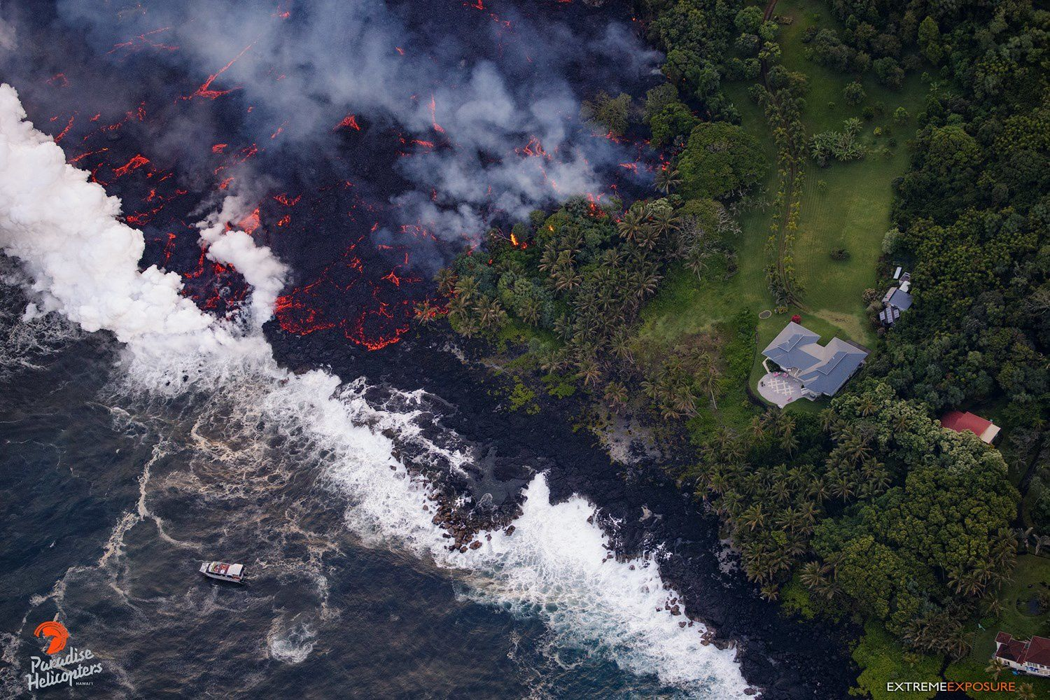 Kilauea East rift zone: 20.05.2018 / 5.45am - entry of lava at sea; note on the right, a property, and on the left, the presence of an observation boat - photo Bruce Omori / Paradise helicopters